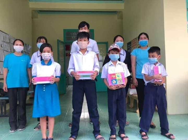 Bên cạnh học bổng gạo, mì, các con còn được ban tổ chức chương trình trao tập vở để vào năm học mới.