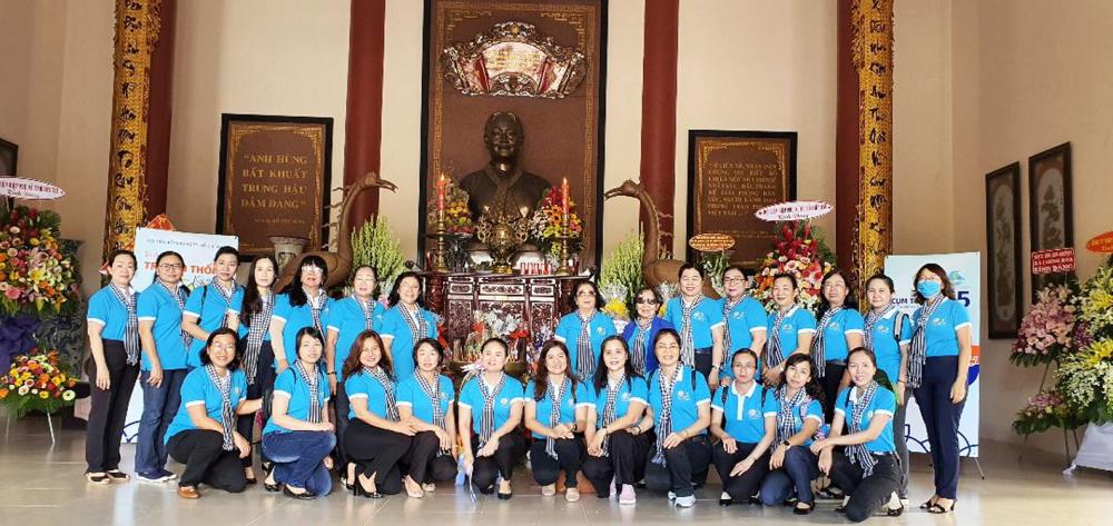 Đoàn chụp hình lưu niệm tại Nhà Lưu niệm Nữ tướng