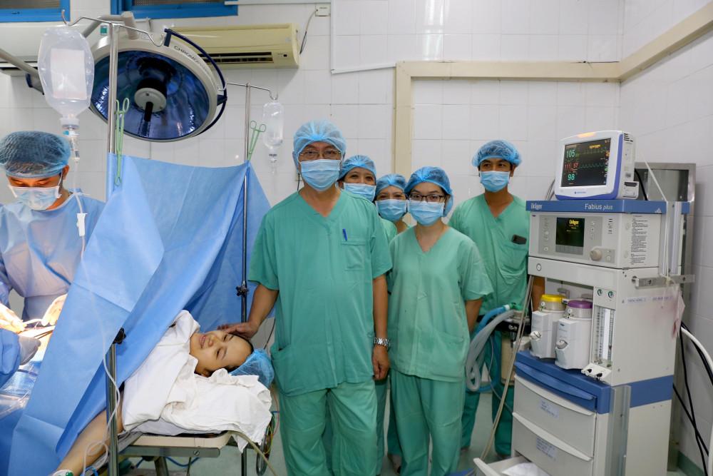 Ê kíp các bác sĩ thực hiện ca phẫu thuật với cứu sống mẹ con sản phụ