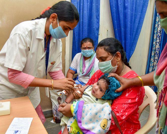 Tỷ lệ trẻ em được tiêm vắc-xin ngừa các loại bệnh phổ biến đã sụt giảm nghiêm trọng trong năm 2020 do ảnh hưởng của đại dịch - Ảnh: PTI