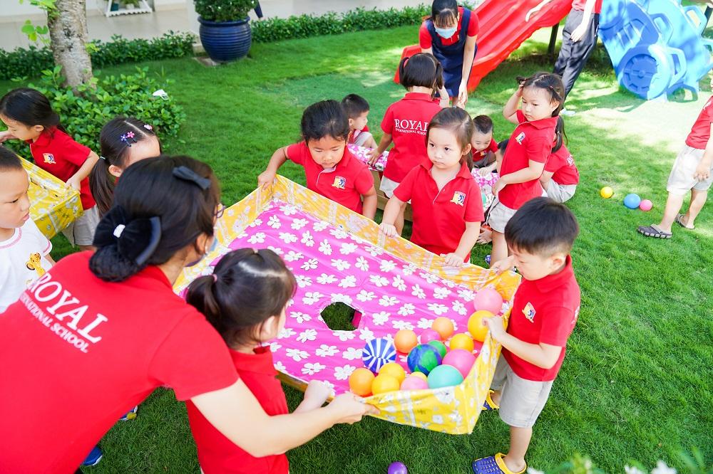 Những trò chơi vừa giúp các bé thể hiện sự khéo léo vừa tăng khả năng kết nối với bạn bè. Ảnh: Royal School cung cấp