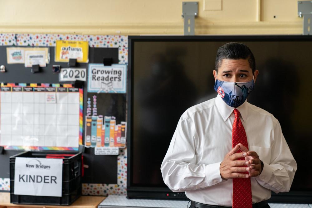 Ông Richard Carranza, Chủ tịch Hội đồng các trường học thành phố New York cho biết trong cuộc họp với các hiệu trưởng hồi cuối tháng 8/2020 rằng, tình trạng thiếu hụt ngân sách và giáo viên là những vấn đề nghiêm trọng mà ngành giáo dục New York đang phải đối mặt - Ảnh: Jeenah Moon/Bloomberg/Getty Images