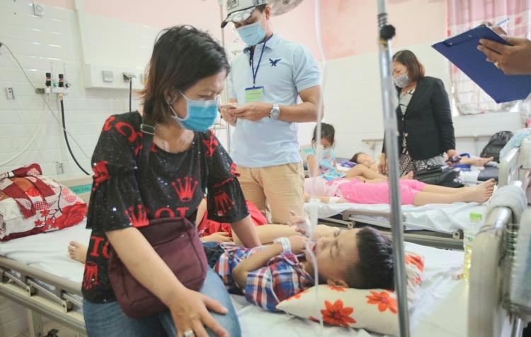 Các em học sinh nghi ngộ độc đang được điều trị tại Bệnh viện Quận 2