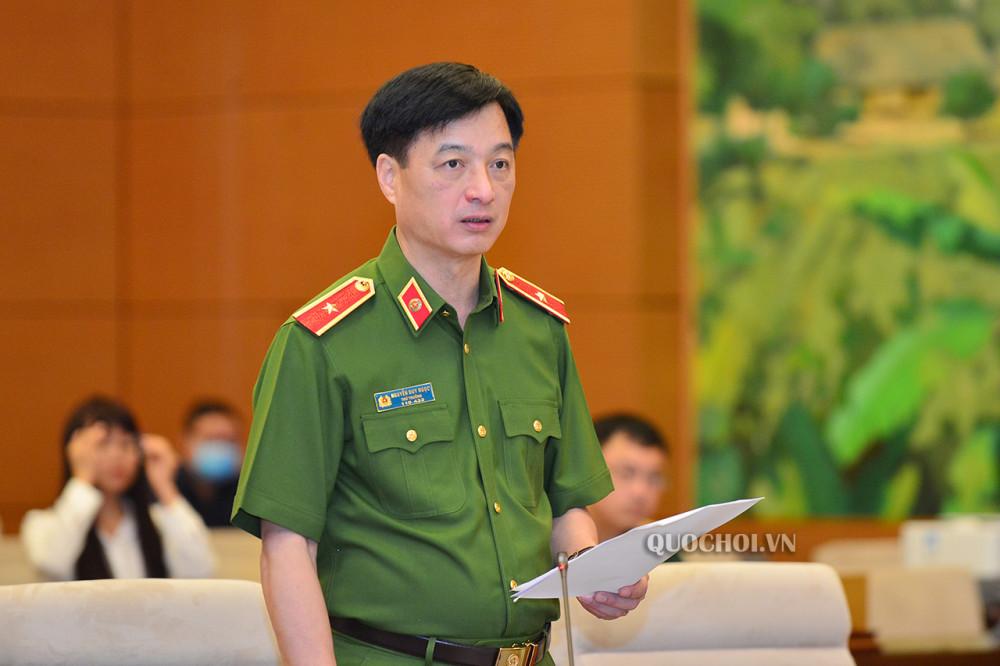 Thứ trưởng Bộ Công an Nguyễn Duy Ngọc trình bày Dự thảo Luật.