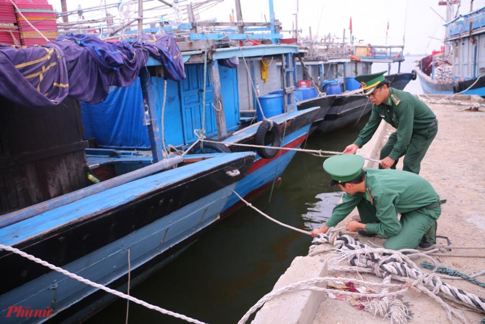 Bộ đội Biên phòng giúp ngưu dân neo đậu tàu thuyền ở âu thuyền Phú Thuận