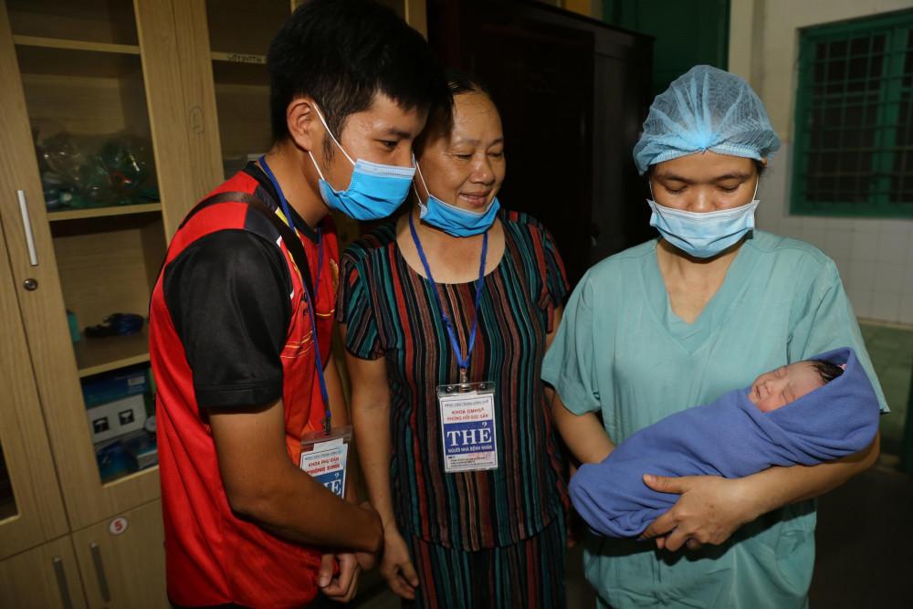 Gia đình cháu bé vui mừng chào đón cháu bé ra đời. Ảnh: Bệnh viện T.Huế cung cấp