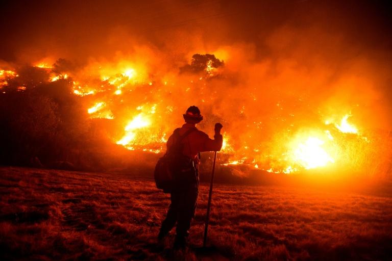 Hiện trường đám cháy Bobcat trên sườn đồi gần Công viên Canyon Monrovia ở Monrovia, California. Ảnh chụp ngày 15/9/2020 - Ảnh: AFP