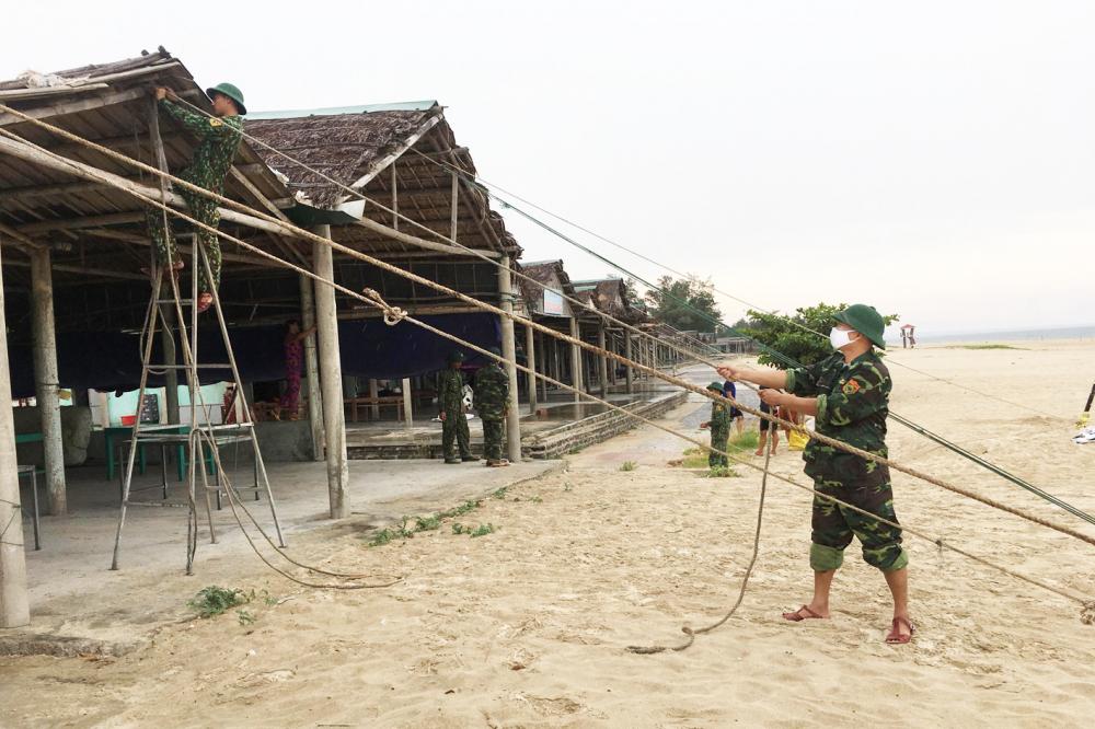 Bộ đội giúp dân chèn chống nhà cửa để chống bão - Ảnh: Thuận Hóa