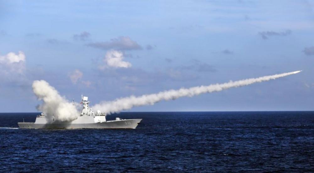 Tàu  tên lửa Trung Quốc Yuncheng phóng tên lửa chống hạm trong cuộc tập trận ở vùng biển gần đảo Hải Nam (Trung Quốc) và quần đảo Hoàng Sa.