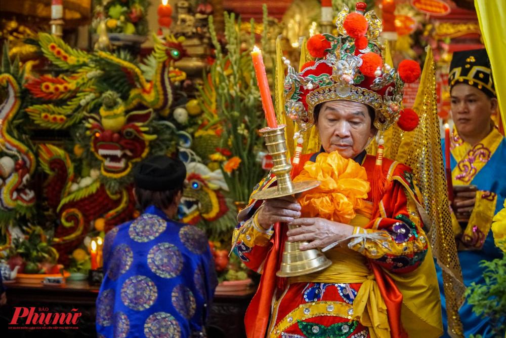 Từ 7g-9g, các nghi thức tế lễ được thực hiện trong khuôn viên đền thờ chính. Sau đó, khu vực này mới mở cửa cho người dân vào chiêm bái.