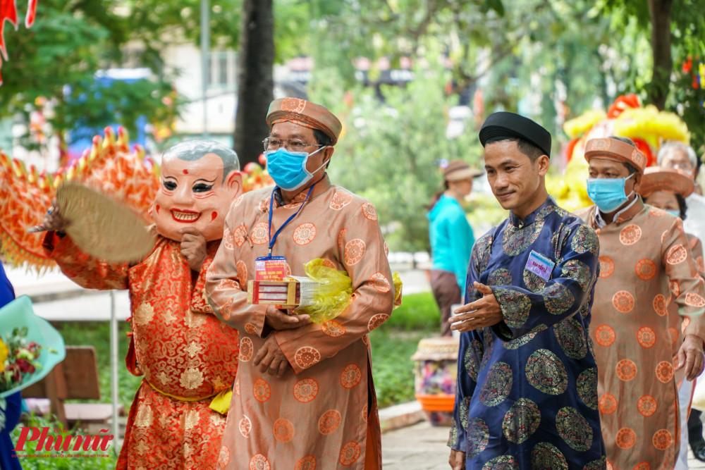 Nhiều ban tế lễ của các đình, miếu cũng đến tham gia lễ giỗ của Đức Thượng Công Tả quân Lê Văn Duyệt. Trong ảnh là ban tế lễ của đình Nguyễn Khắc Tuấn (huyện Cần Đước, tỉnh Long An).