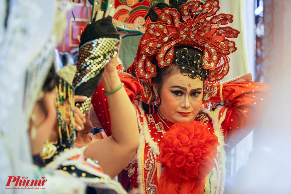 Nghệ sĩ Ngọc Giàu chuẩn bị phục trang trước khi lên sân khấu