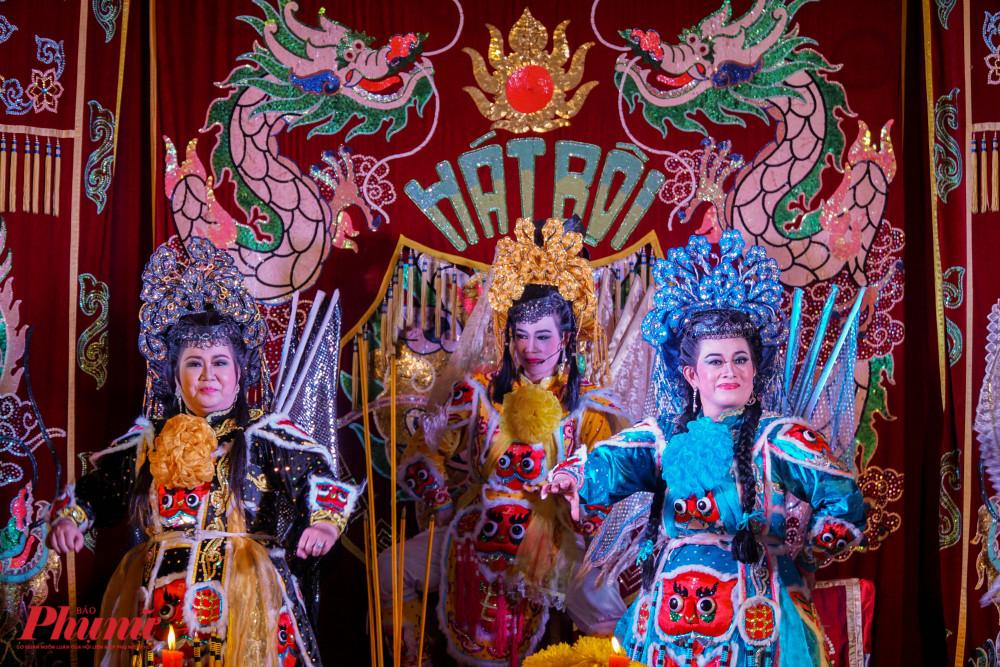 Sau các phần nghi thức tế lễ, Nhà hát Nghệ thuật Hát bội trình diễn vở Ngũ châu sắc để phục vụ người dân đến tham dự lễ giỗ.