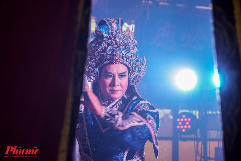Những động tác biểu diễn chuyên nghiệp của NS ƯT Hữu Danh khiến khán giả thích thú.