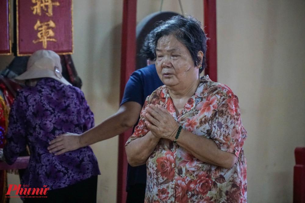 Từ sớm, nhiều người dân đã có mặt tại lăng để thắp hương tưởng nhớ Tả quân Lê Văn Duyệt. Họ cũng tranh thủ xin quẻ xăm để cầu bình an, may mắn.
