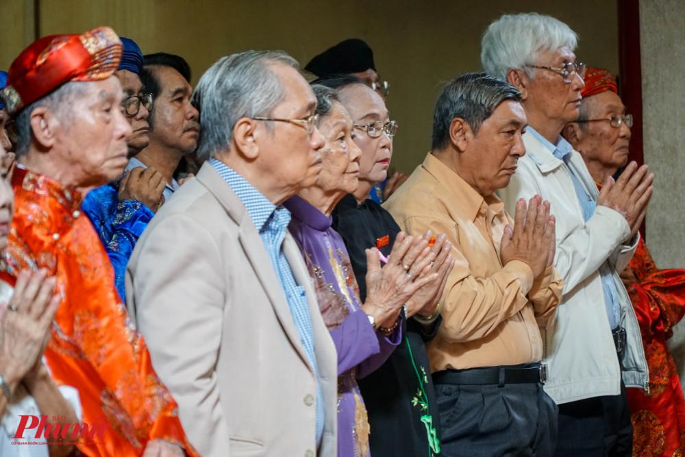 Từ 7g-9g, các nghi thức tế lễ được thực hiện trong khuôn viên đền thờ chính, với sự tham gia của BQL lăng và nhiều khách mời, thân hữu.
