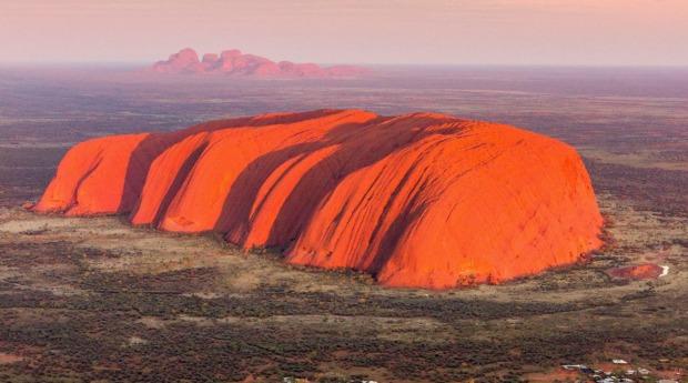Uluru, một trong những điểm máy bay của hãng Qantas sẽ bay qua