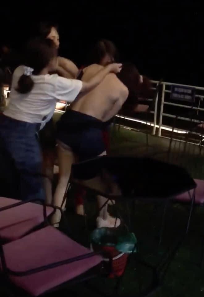 Hình ảnh vụ đánh ghen được cho là tại Ba Vì (Hà Nội). Ảnh cắt từ clip.