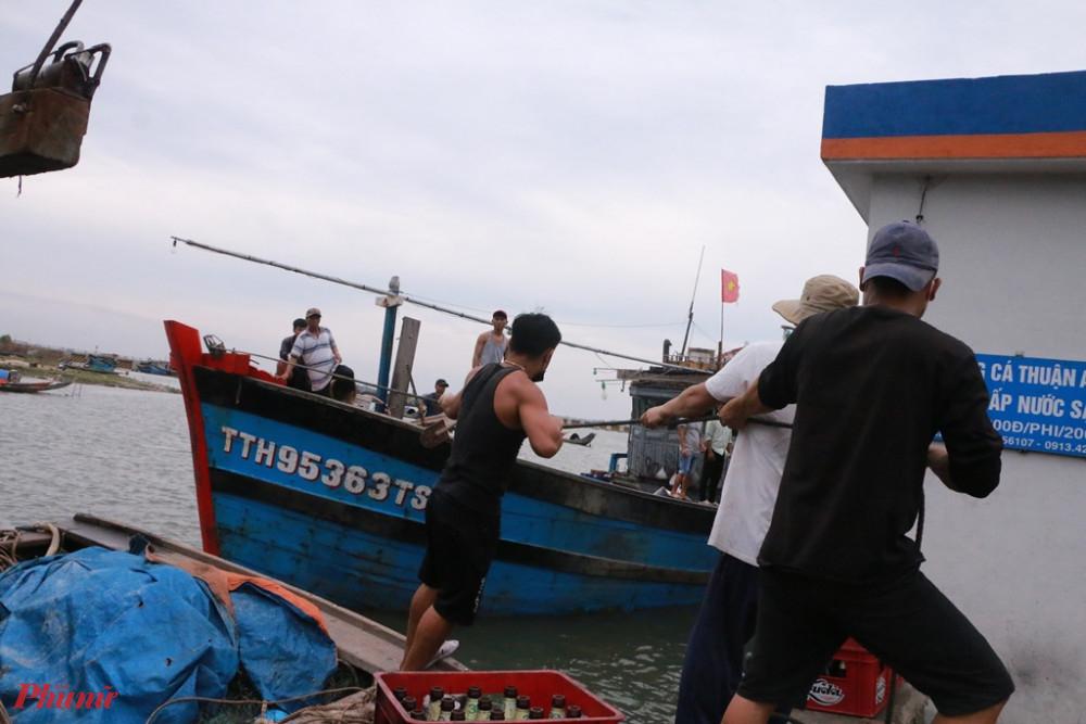 Đưa thuyền vào trú bão số 5 ở cảng Thuận An