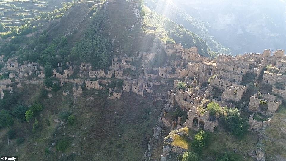 Dagestan nổi tiếng là một trong những nơi nguy hiểm nhất thế giới - nhưng nó cũng rất nổi tiếng nhất là đối với những du khách ưa mạo hiểm. Nơi này có những ngôi làng ma bị bỏ hoang nhưng ngôi làng cổ Gamsutl, Kakhib và Koroda.