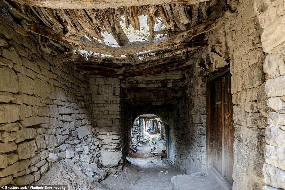 Nó cho biết thêm rằng ngôi làng được 'xây dựng trên sự hợp lưu của hai con suối trên núi giữa thế kỷ thứ ba và thứ tư sau Công nguyên' và theo ghi chép địa phương, trong thời Trung cổ, Koroda luôn nhộn nhịp với cuộc sống, nhưng khi dân làng chuyển đến một khu định cư mới, cuộc sống trong làng bị thu hẹp lại '. Đoạn phim bằng máy bay không người lái ghi lại những hành lang và lối đi có mái vòm kỳ lạ của Koroda, với một số cánh cửa gỗ dẫn đến các ngôi nhà vẫn còn nguyên vẹn và đóng kín.