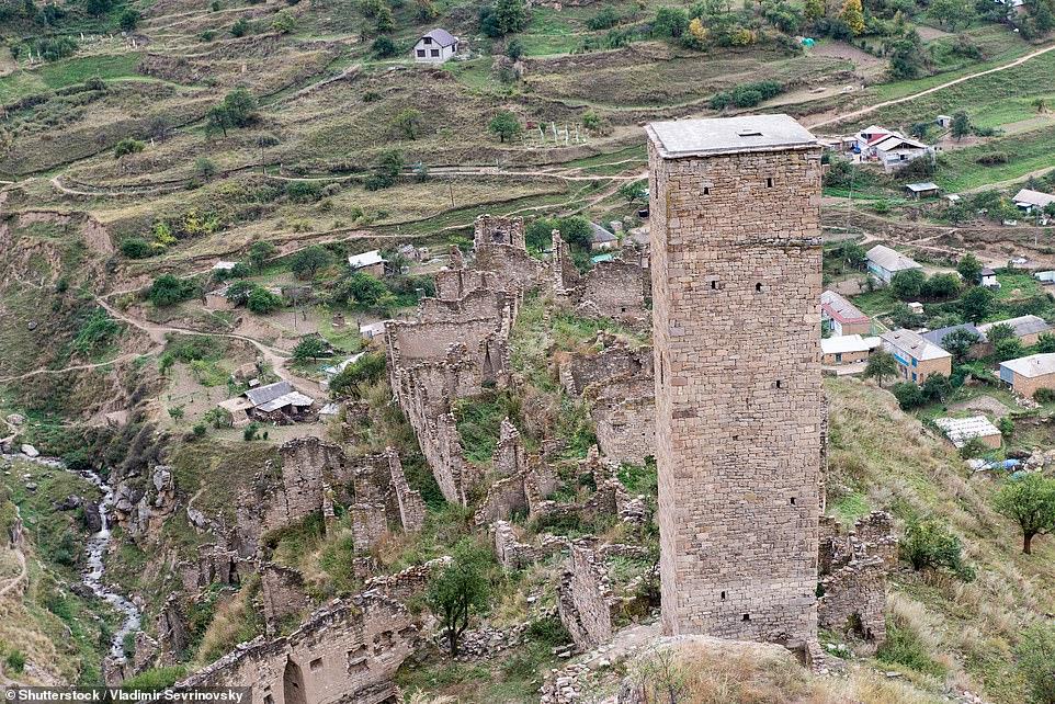 Mặc dù trên núi Những ngôi nhà bằng đá và tháp canh được ngụy trang tốt và những bức ảnh của tôi không làm được điều đó. 'Hướng dẫn viên của chúng tôi chưa bao giờ thực sự đi bộ qua khu di tích vì không có khách du lịch nào của anh ấy sẵn sàng đi bộ - chỉ mất 15 phút đi bộ. 'Chúng tôi đã nhìn thấy Kakhib thấp hơn, và sau đó là Kakhib cao hơn lân cận - thứ tuyệt đẹp trong ánh sáng buổi chiều, mặc dù bạn phải quan sát đôi chân của mình để tránh tất cả các phân bò.'