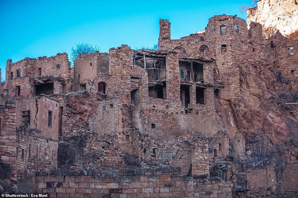 Những cư dân cuối cùng rời làng Gamsutl vào năm 2015. Kể từ đó, ngôi làng cổ xưa này không còn bóng người sinh sống.