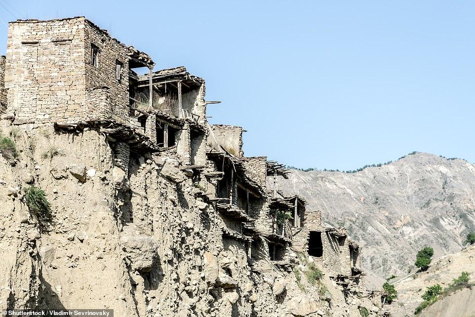 Koroda nằm ở độ cao khoảng 4.920 feet (1.500m) so với mực nước biển và được bao quanh bởi 'những vách đá Caucasus đầy cảm hứng'.  Nó cho biết thêm rằng ngôi làng được 'xây dựng trên sự hợp lưu của hai con suối trên núi giữa thế kỷ thứ ba và thứ tư sau Công nguyên' và theo ghi chép địa phương, trong thời Trung cổ, Koroda luôn nhộn nhịp với cuộc sống, nhưng khi dân làng chuyển đến một khu định cư mới, cuộc sống trong làng bị thu hẹp lại '.   Đoạn phim bằng máy bay không người lái ghi lại những hành lang và lối đi có mái vòm kỳ lạ của Koroda, với một số cánh cửa gỗ dẫn đến các ngôi nhà vẫn còn nguyên vẹn và đóng kín.