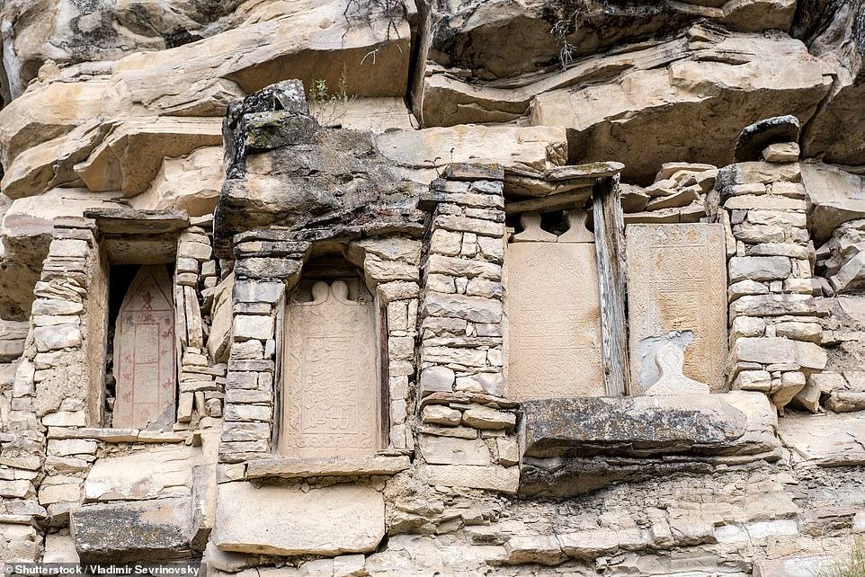 Đó là một ngôi làng bỏ hoang tuyệt đẹp dường như được ngụy trang hoàn toàn trong vách đá.   'Những ngôi nhà bằng đá và tháp canh được ngụy trang tốt và những bức ảnh của tôi không làm được điều đó.   'Hướng dẫn viên của chúng tôi chưa bao giờ thực sự đi bộ qua khu di tích vì không có khách du lịch nào của anh ấy sẵn sàng đi bộ - chỉ mất 15 phút đi bộ.   'Chúng tôi đã nhìn thấy Kakhib thấp hơn, và sau đó là Kakhib cao hơn lân cận - thứ tuyệt đẹp trong ánh sáng buổi chiều, mặc dù bạn phải quan sát đôi chân của mình để tránh tất cả các phân bò.'