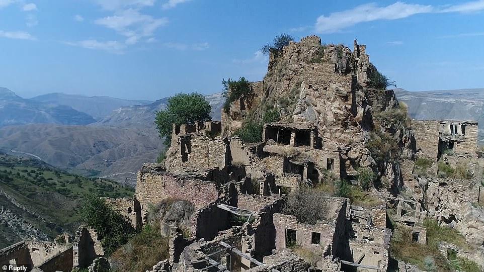 Ngôi làng được cho là có niên đại 2.000 năm và mọc xung quanh pháo đài của một người cai trị địa phương, người đã đặt nó trên núi vì lý do chiến thuật.