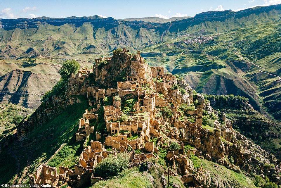 Một trong những điểm ấn tượng nhất là ngôi làng Gamsutl, nằm ở độ cao (1.400m) trên đỉnh núi Gamsutlmeer và có biệt danh là 'Machu Picchu của Dagestan'.Theo Blog Du lịch Nga , dân số của Gamsutl đã tăng lên qua nhiều thế kỷ và 'cuộc sống ở đây vẫn sôi sục ngay cả trong thế kỷ 20'.  Cùng với khoảng 300 ngôi nhà, có các cửa hàng, trường học, bưu điện, bệnh viện và thậm chí là bệnh viện phụ sản.