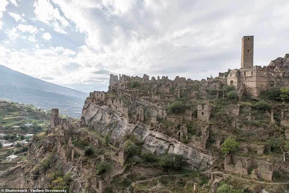 Ngôi làng bỏ hoang Kakhib cũng là nằm cách Gamsutl khoảng hai giờ lái xe