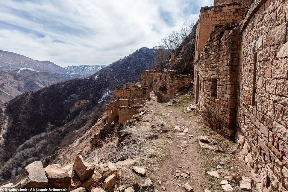 Ngày nay, du khách có thể đến làng bằng một chuyến leo núi dài một giờ dọc theo một con đường hẹp.