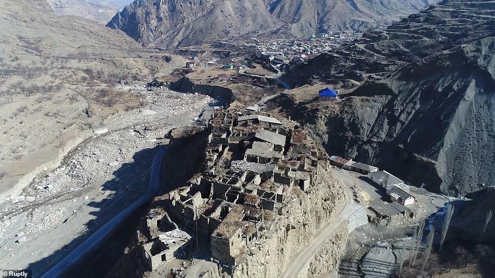 Giữa Gamsutl và Kakhib là một ngôi làng trên đỉnh núi bị bỏ hoang khác tên là Koroda, nhưng Smith đã không đến được đó trong chuyến thăm của cô.