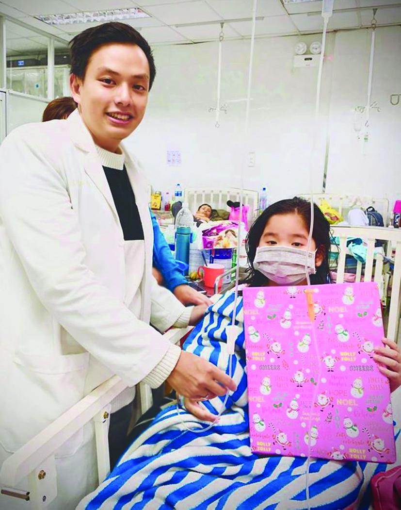 Ngoài những hoạt động vui chơi, các bác sĩ  còn tặng quà sinh nhật cho các bé đang điều trị