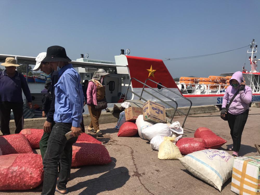 Cấm tất cả các phương tiện tàu thuyền, kể cả tàu vận tải hành khách ra đảo Lý Sơn và ngược lại ra biển hoạt động từ  13 giờ chiều nay (17/9),