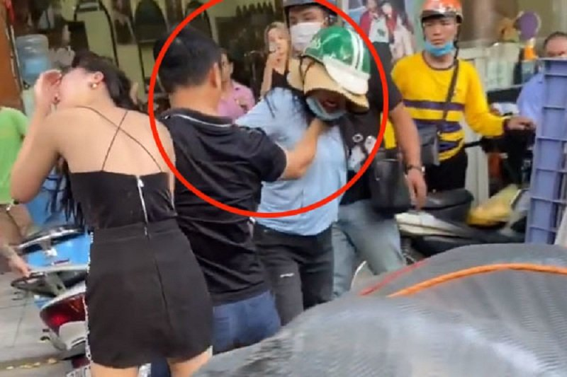 Hình ảnh người chồng bóp cổ vợ để bảo vệ tình nhân gây cảm xúc căm phẫn trong cộng đồng. Ảnh cắt từ clip
