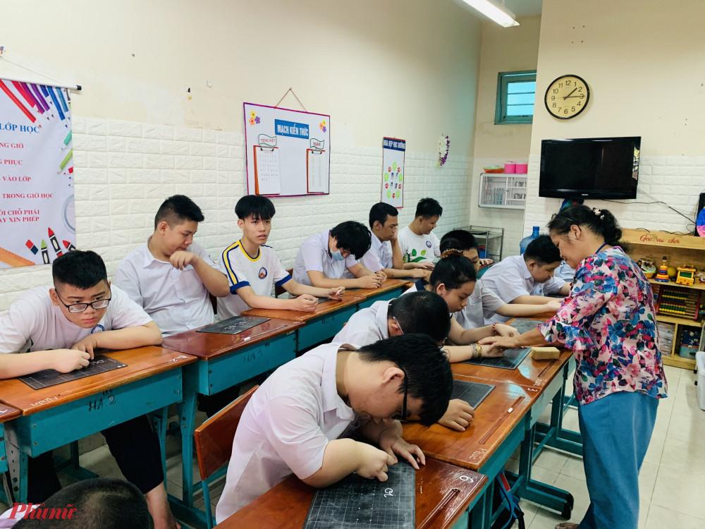 Giờ học của các em tại trường chuyên biệt Bình Minh