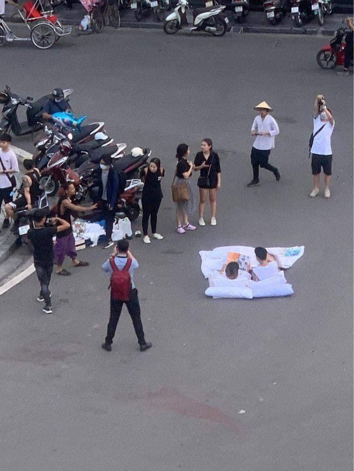 Hậu trường ekip chụp ảnh cặp đôi chăn gối giữa đường phố Hà Nội. Hình: Internet