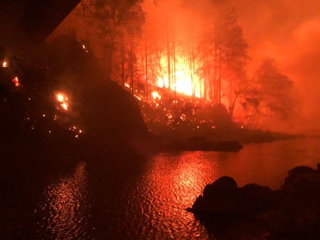 Hai bên sông chìm trong biển lửa - Ảnh: USA Today