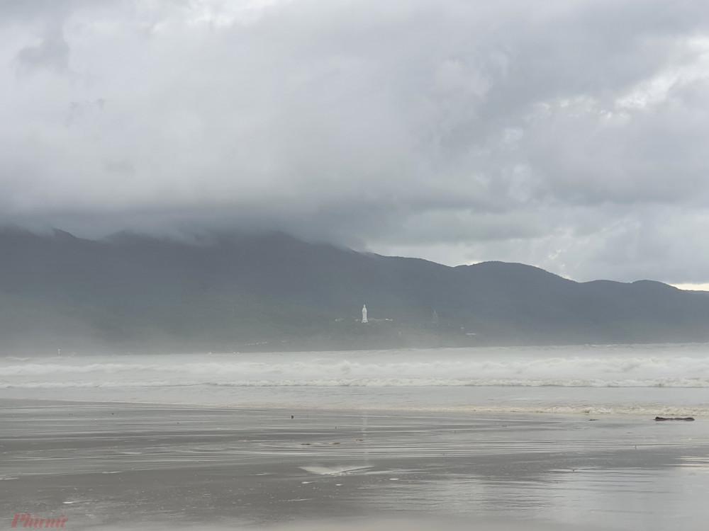 Biển Đà Nẵng cũng dịu dần những cơn sóng lớn