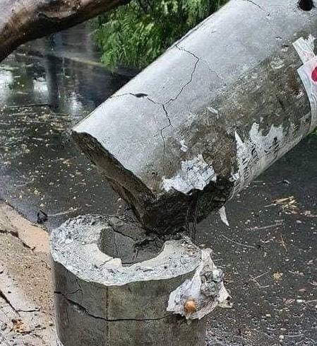 Hình ảnh cột điện gãy không có lõi thép