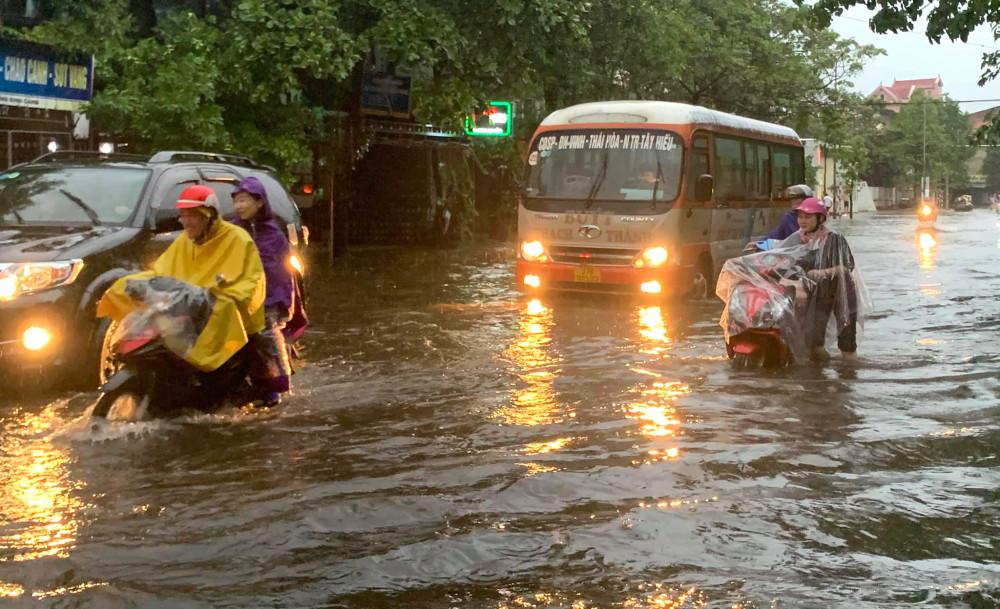 Nhiều tuyến đường ở TP.Vinh bị ngập nặng do mưa lớn