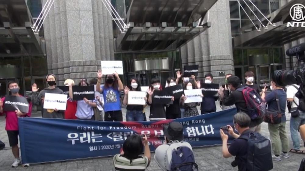 Một số nhóm biểu tình phản đối phim Hoa Mộc Lan.