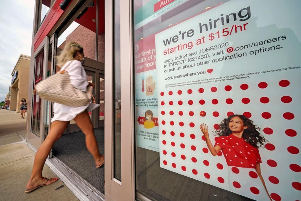 Tìm kiếm những công việc ngắn hạn hoặc mùa vụ là giải pháp tạm thời giúp người lao động bị thất nghiệp ở Mỹ tồn tại qua mùa dịch - Ảnh: Gene J. Puskar/AP