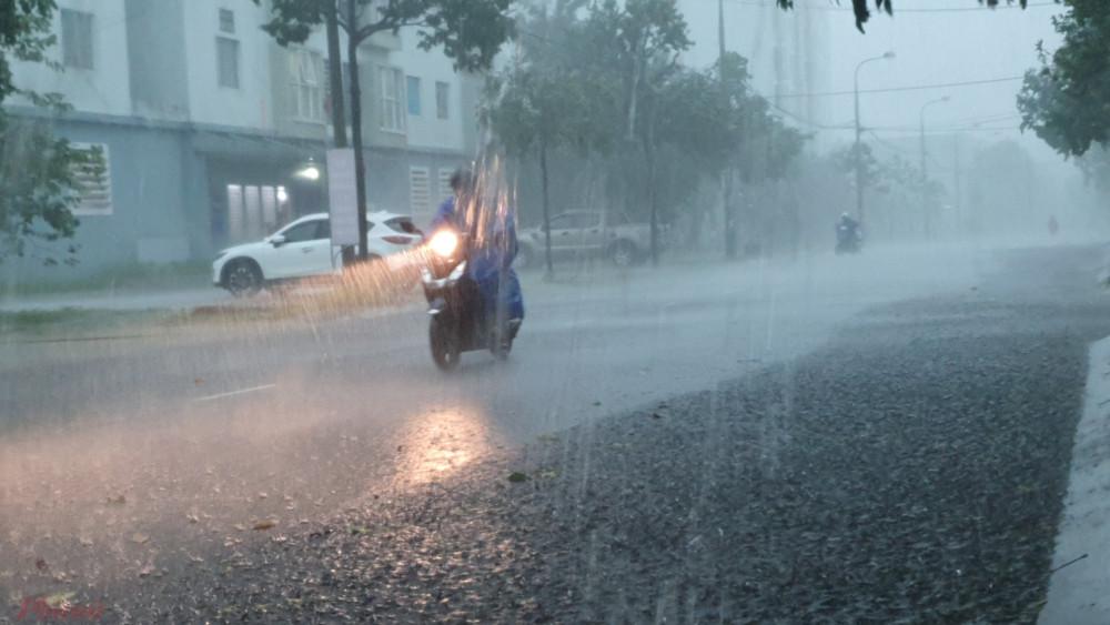 Đà Nẵng đổ mưa lớn, gió to kèm sấm chớp