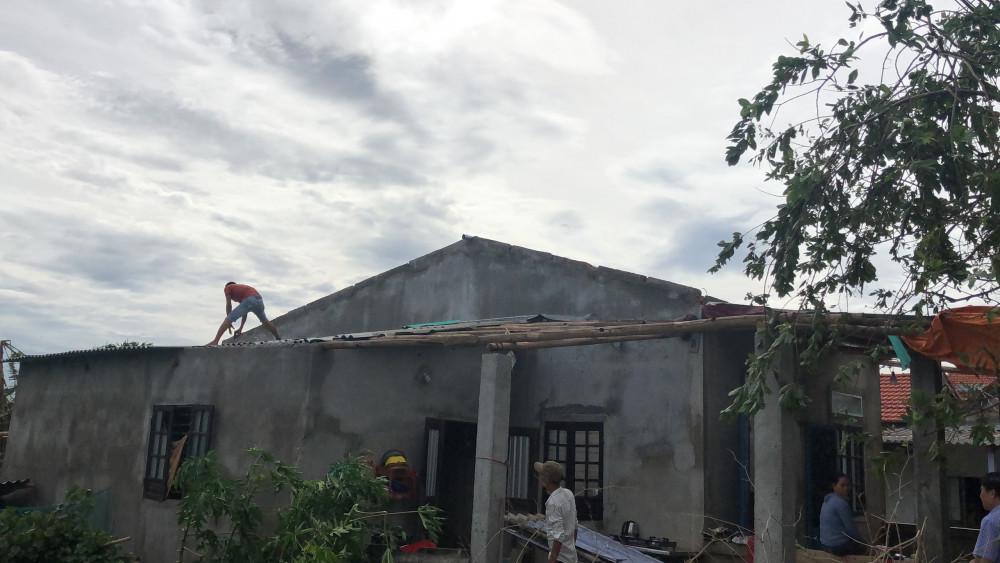 Sau bão người dân xã Thủy Thanh giúp nhau lợp lại mái nhà