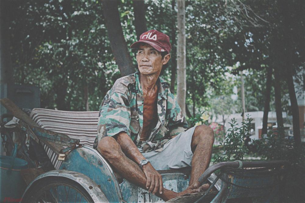 Ông Cù Văn Nghĩa ngồi ở công viên đợi khách gọi xích lô.