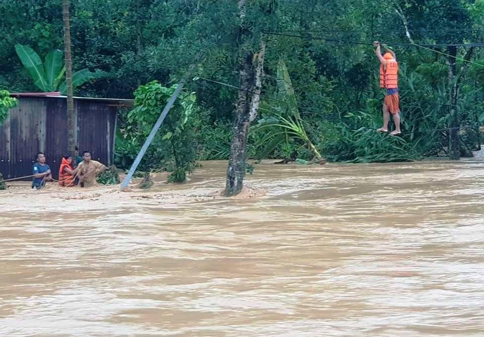 Lực lượng chức năng huyện Tây Giang tiến hành di dời những hộ dân nằm trong vùng nguy hiểm đến nơi an toàn