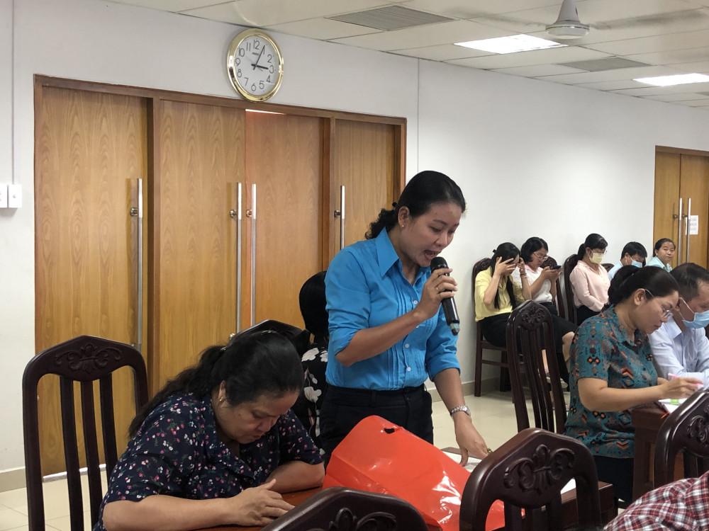 Đại diện Hội Phụ Nữ p. 13, Q.3  đề xuất nên trang bị kiến thức cho thầy cô giáo để kịp thời xử trí khi học sinh bị ngộ độc thực phẩm. Ảnh: Thanh Huyền.